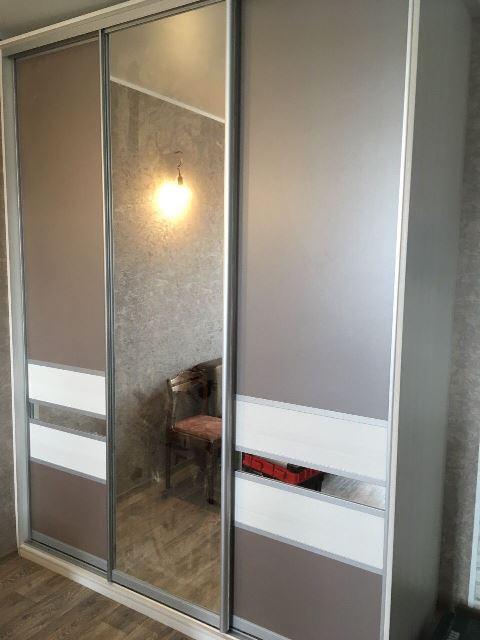 Светлый шкаф-купе дерево омск